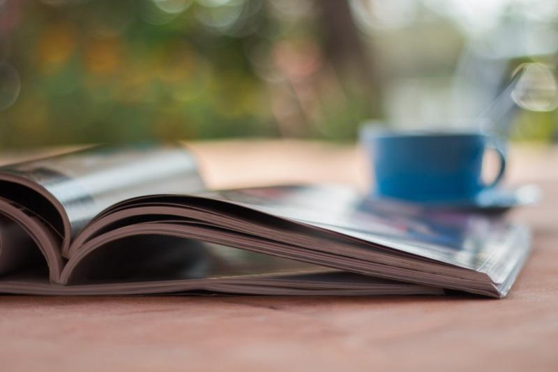 Viele Menschen nehmen sich sogar extra Zeit, um beispielsweise bei einer Tasse Kaffee ein Magazin anzuschauen.